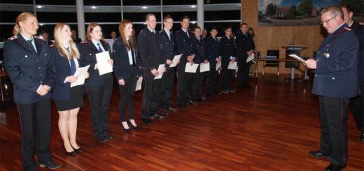 Zahlreiche Beförderungen nahm Ortsbtrandmeister Olav Heese (rechts) während der Jahreshauptversammlung der Freiwilligen Feuerwehr Osterholz-Scharmbeck vor. Foto: Möller