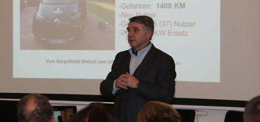 """Werner Schweizer, Bürgermeister der schleswig-holsteinischen Gemeinde Klixbüll, stellte Donnerstagabend in Tarmstedt sein Projekt für E-Carsharing, """"Dörps-Mobil"""", vor. Foto: Möller"""