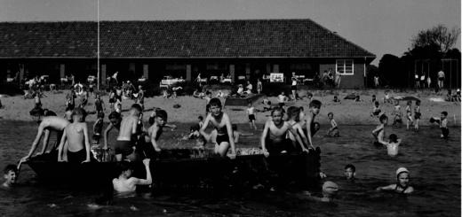 Viele Kinder lernten am Schönebecker Sand schwimmen und tobten in ihrer Freizeit in der Badeanstalt. Im Hintergrund ist das Gebäude mit Räumen für den Bademeister und den Umkleiden zu sehen. Noch steht es auf dem Areal, soll aber demnächst abgerissen werden. Foto: pv