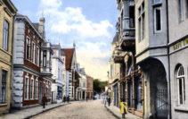 Die Aufnahme zeigt auf der rechten Seite die vom Schadensfeuer betroffene Häuserzeile nach dem Wiederaufbau. Foto: Stadtarchiv Delmenhorst