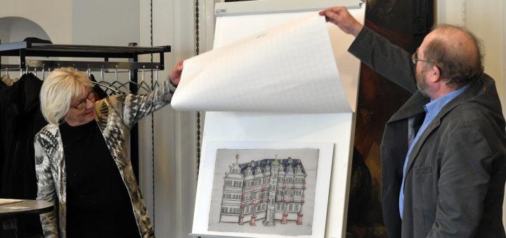 Herta Hoffmann und Friedrich Hübner enthüllten gestern im Rathaus die Reproduktion einer jahrhunderte alten Zeichnung des Schlosses Delmenhorst. Foto: Konczak
