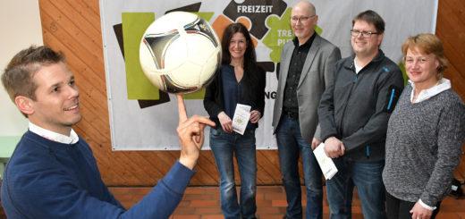 Alexander Koch (TUS Vielstedt), Anja Janzen, Holger Lebedinzew, Sven Löwenstein (FC Hude) und Ursula Reinhardt (v.l.) hoffen auf viel Zuspruch für das interkulturelle Fest mit Fußballturnier im Juni dieses Jahres.Foto: Konczak