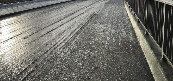 Bei Schneefall reicht meistens schon der Griff zum Besen um eine Rutschpartie zu vermeiden. Bei vereisten Gehwegen reicht dies nicht in allen Fällen aus.