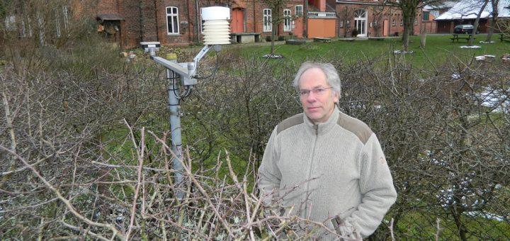 Dr. Hans-Gerhard Kulp betreut die Wetterstation an der Mühle von Rönn in Osterholz-Scharmbeck. Im dortigen Garten befinden sich unter anderem Sensoren für Temperatur und Regenmenge (links). Foto: Bosse