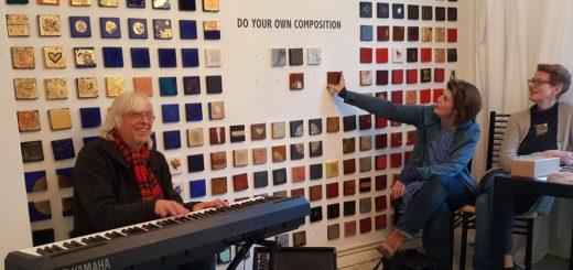 Detlef Bösche, Keyboarder und Pianist aus Hamburg gab am Sonntag ein spontanes Ständchen am E-Piano.Foto: Der Kunstsalon