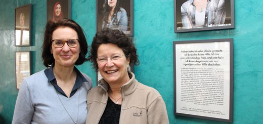 """""""Diese Frauen leisten im Alltag sehr viel"""", sagen Esther Schröder (l.) und Inge Danielzick (r.) über die Protagonistinnen der Ausstellung """"Mittenmang"""", die die beiden initiiert haben. Foto: Harm"""