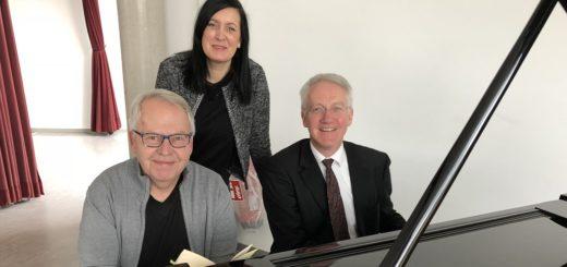 Susanne Stelljes vom Fachbereich Kultur im Rathaus freut sich, den Schauspieler Harald Maack (links) und Musiker Johannes Grundhoff für einen gemeinsamen Auftritt am Sonntag, 25. Februar, im Ratssaal gewonnen zu haben. Foto: Bosse