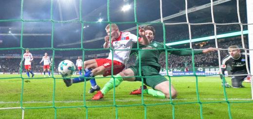 HSV-Verteidiger van Drongelen kann den Ball bedrängt von Belfodil nicht klären. Foto: Nordphotoll