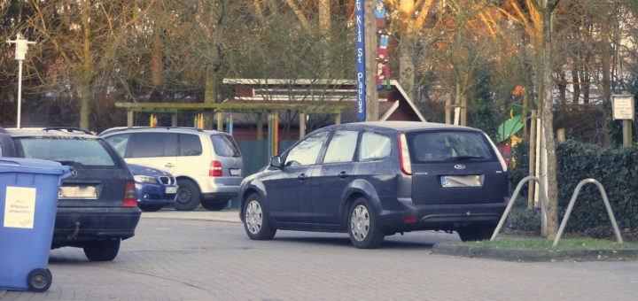 Vor allem in den Kurven kann es schon mal eng werden, bei zu vielen parkenden Fahrzeugen am Straßenrand. Foto: gri