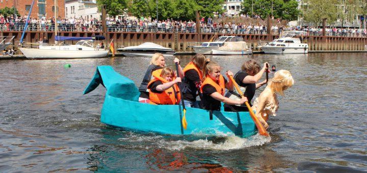 Die Pappbootregatta ist einer der Höhepunkte im Veranstaltungskalender Vegesacks und wird jedes Jahr von zahlreichen Zuschauern rund um den Museumshafen verfolgt. Archivfoto: Harm