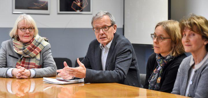 Jury-Mitglied Silvia-Iris Beutel (v.l.), Jurysprecher Michael Schratz, Dagmar Wolf von der Robert- Bosch Stiftung und Jury-Mitglied Karin Brügelmann. Foto: Schlie
