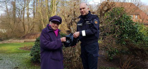 Kontaktpolizist Andreas Dölvers händigte Frau S. heute die Handtasche wieder aus. Foto: Polizei Bremen