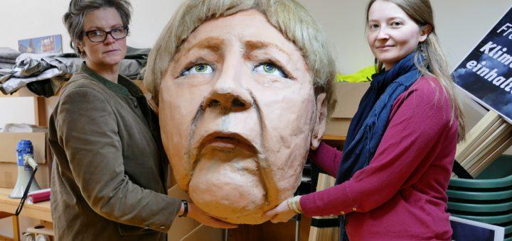Den Kopf der Bundeskanzlerin Angela Merkel haben die Pressesprecherinnen Svenja Koch (links) und Olga Perov nach dem Brand als Erstes wieder angeschafft. Foto: Beinke