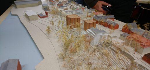 Wohnen am Wasser: Dieses Modell haben die beiden Architekten mitgebracht. Die beiden größeren roten Gebäude sind die geplanten Neubauten auf dem Gelände des einstigen Vulkan-Verwaltungsgebäudes an der Weserstraße. Foto: Harm