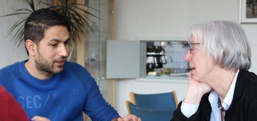 """Othman Kader (l.) und Barbara Schneider von """"Gemeinsam in Bremen"""" sind regelmäßig bei """"Pusdorf schnackt"""". Über das Angebot konnte Kader bereits Freundschaften schließen. Foto: Füller"""