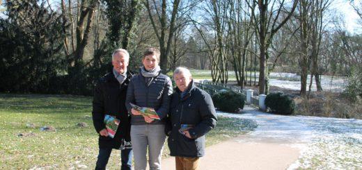 """Bernhard Wies, Elvira Krol und Christof Steuer präsentierten jüngst die neue Freizeitbroschüre """"Grüner wird's nicht"""".Foto: Spier"""