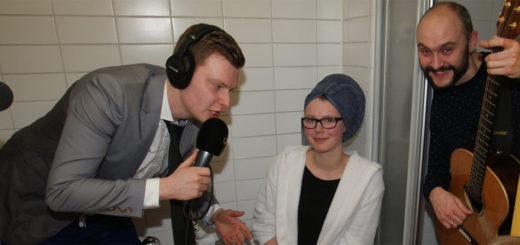 """Gitarrist """"Egon"""" (rechts) sorgte im Badezimmer von Vanessa Bohling (Mitte) für die musikalische Untermalung, als Bremen-Vier-Moderator Malte Völz (links) zu seiner Radio-Live-Sendung auftauchte"""