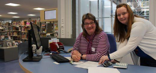 Einer der Lieblingsplätze der Bibliotheksmitarbeiter: die Infotheke. Mitarbeiterin Ulrike Rüger (links) und Bibliotheksleiterin Carolin Renkewitz freuen sich über das frisch sanierte und renovierte Gebäude. Foto: Harm