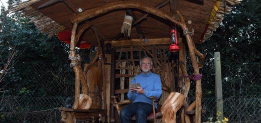In seiner Meditationshütte kann der Künstler seine Gedanken schweifen lassen. Auch dieses Objekt hat Winfried Behlau komplett selber gebaut. Foto: Konczak