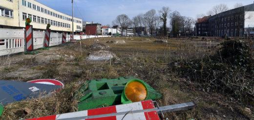 Noch ist die Fläche Am Stadtwall eine hügelige, ungepflegte Grasfläche. Bereits Anfang kommender Woche soll sich das ändern. Dann startet dort der Bau des Parkhauses.Foto: Konczak