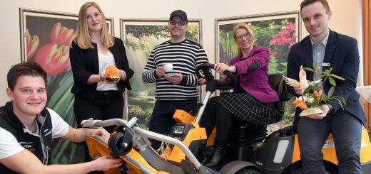 Annalena Ripke (2. v. li), Sonja Hobbie und Sven Möhlmann (alle Weser-Ems-Halle) freuen sich mit den Ausstellern Malte Bunjes (links) und Benjamin Jasch (Mitte) auf die Messen.Foto: Konczak