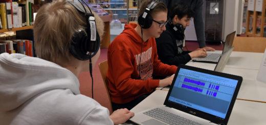 An Notebooks werden die Podcasts zusammengeschnitten. Die Mitarbeiter von creaclic helfen den Jugendlichen dabei.Foto: Konczak