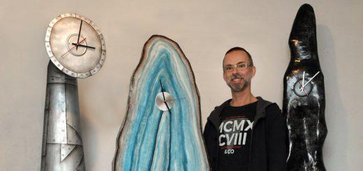 Mathias Rüffert fertigt Standuhren in jeder erdenklichen Form. Sogar im Außenbereich kommen sie zum Einsatz.Foto: Konczak