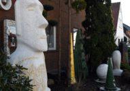 Die großen Kunstwerke stehen im Garten. Foto: Konczak