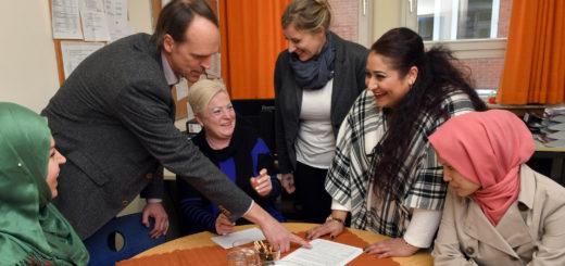 Die Integrations-Assistentinnen werden rege von den Behörden kontaktiert und um Hilfe gebeten. Die AWO-Mitarbeiterinnen sprechen aber auch direkt Geflüchtete an, um ihnen bei der Integration in Delmenhorst behilflich zu sein.Foto: Konczak