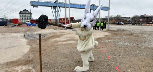 """Unterstützung bekam das Aufbauteam von Roncalli durch das weiße Kaninchen aus """"Alice im Wunderland"""". Mit der Inszenierung wird am 19. Mai der Theaterhafen eröffnet.Foto: Konczak"""
