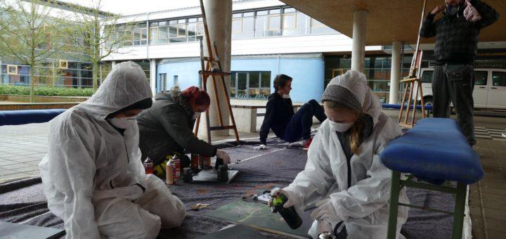 Jugendliche des Treffs No Moor gestalten mit dem Künstler Jesse Himme (rechts) ihre eigenen Graffiti-Bilder. Foto: Bültel