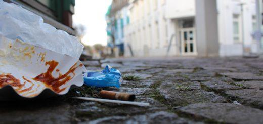 """""""Die Lebensqualität in den Stadtteilen hat auch mit Sauberkeit zu tun"""", sagt Vegesacks Ortsamtsleiter Heiko Dornstedt. Kleine Müllansammlungen wegzuräumen und die Menschen für den Umgang mit Müll sensibiliseren, ist die Aufgabe der Umweltwächter für den Bremer Norden. Foto: Harm"""