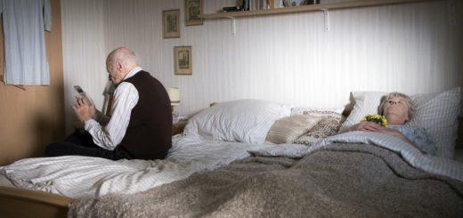 Horst Claasen (Dieter Schaad) alarmiert die Polizei, nachdem er aus Verzweiflung seine Ehefrau (Liane Düsterhöft) getötet hat. Foto: Radio Bremen/Christine Schröder