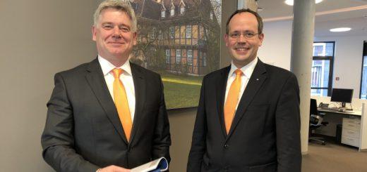 """Die Vorstandsmitglieder Mathias Knoll und Jan Mackenberg (von links) blicken auf """"ein wirklich positives Geschäftsjahr"""" ihrer Volksbank Osterholz-Scharmbeck zurück. Foto: Bosse"""
