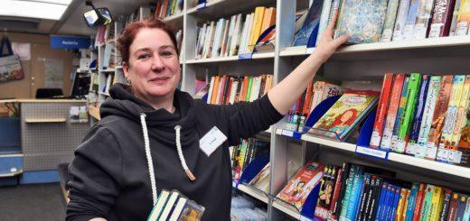 Stefanie Knauf und ihre Kollegen bieten im Bus 4.100 Bücher, CDs und Videospiele an. Foto: Schlie