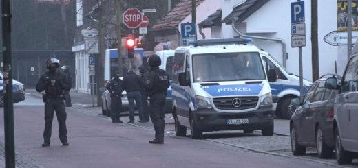 Heute morgen durchsuchte die Polizei drei Wohnungen in Delmenhorst wegen des Verdachts des Verstoßes gegen das Waffengesetz. Foto: Eckert