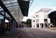 Im Dezember 1995 konnte mit der Einweihung des Delbus-Servicehauses das ZOB-Gebäudeensemble komplettiert werden. Foto: Stadtarchiv Delmenhorst