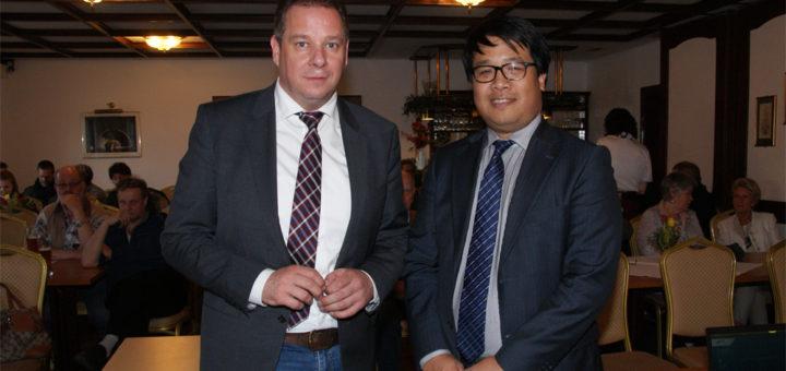 Andreas Mattfeldt holte sich den Experten aus dem Innenministerium, Gia Thien Nguyen, an seine Seite. Foto: Möller