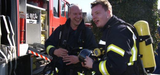 """""""Jetzt könnte ich gut zwei Stunden Schlaf gebrauchen"""", sagte ein sichtlich erschöpfter Radio-Moderator Malte Völz (rechts) nach seinem Einsatz bei einer Feuerwehrübung am Freitag zu Björn Pfrommer vom Förderverein der Ortsfeuerwehr Hambergen. Foto: Möller"""