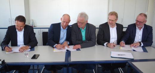 Dr. Urban Keussen (EWE), Michael Heidkamp (EWE), Oberbürgermeister Axel Jahnz, Hans-Ulrich Salmen (SWD) und Torsten Maus (EWE Netz) unterzeichneten im Rathaus die Absichtserklärung (von links).Foto: gri