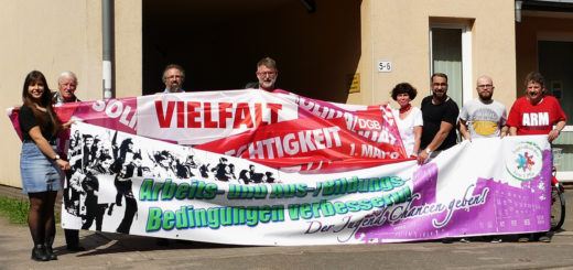 Der Demonstrationszug führt auch an der DGB-Geschäftsstelle an der Louisenstraße 5-6 vorbei. Dort warb ein Teil der Organisatoren für die Veranstaltung am 1. Mai.Foto: Suhren