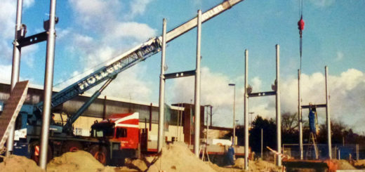 Hier werden die Stahlträger für den Bau des Zentralen Omnibusbahnhofs (ZOB) in den Boden eingebracht. Foto: Stadtarchiv Delmenhorst