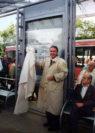 Es ist vollbracht: Oberbürgermeister Jürgen Thölke hat den ZOB offiziell seiner Bestimmung übergeben. Foto: Stadtarchiv Delmenhorst
