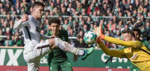 Jiri Pavlenka wirft sich im Spiel gegen Frankfurt in eine Flanke.