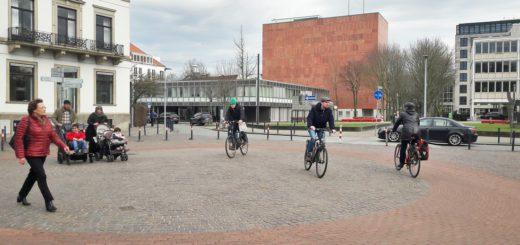 Kreuz und quer radeln und laufen die Menschen über den Platz an der Rembertistraße. Der gefährliche Knotenpunkt ist einer von vielen im Bremer Stadtgebiet. Foto: Schumacher