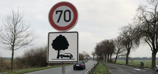 Mit Warnschildern sollen Verkehrsteilnehmer seit Oktober 2015 entlang der Kreisstraße 8 zwischen Ritterhude und Lilienthal für die Gefahr von Baumunfällen sensibilisiert werden. Foto: Bosse
