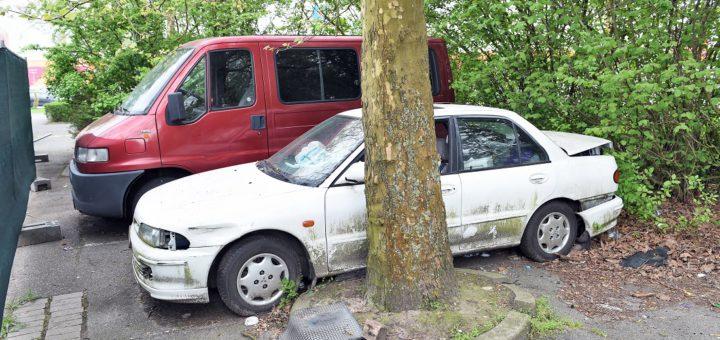 Diese Fahrzeuge gammeln auf einem Parkplatz an der Duckwitzstraße vor sich hin. Foto: Schlie