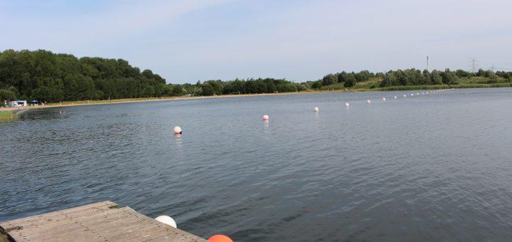 Bevor Mitte Mai die Badesaison am Sportparksee startet, räumen die Akteure Mitte April noch auf. Am Ufer aber auch im Wasser werden Unrat und Müll gesammelt. Foto: Harm