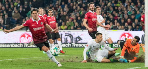 Werders Maximilian Eggestein kommt gegen 96-Keeper Tschauner zu spät.. Foto: Nordphoto