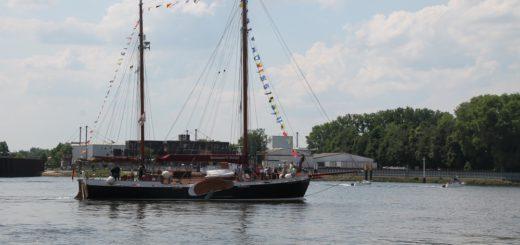 Rundfahrten mit den Schiffen aus dem Vegesacker Museumshafen und ein Bummel entlang der Weser, begleitet von Musik und Buden – diese Mischung lockt zahlreiche Besucher am Wochenende wieder nach Vegesack. Archivfoto: WR